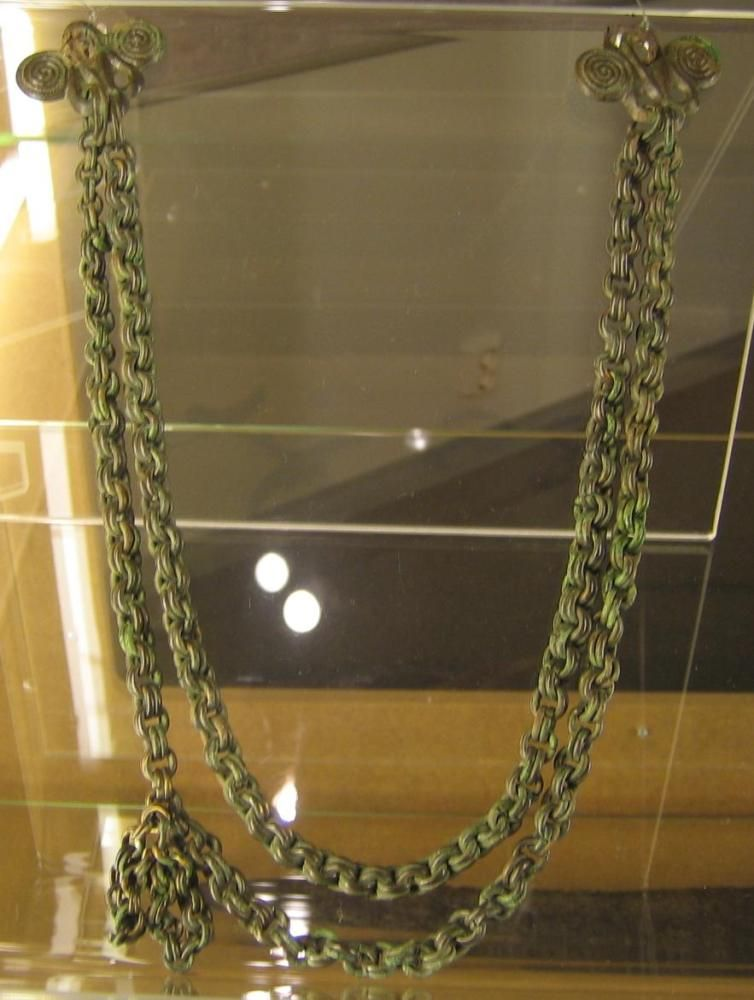 Olkasolkien väliin kiinnitettiin merovingi- ja viikinkiajalla painaviakin ketjulaitteita. Kuvassa ei ole olkasolkia, vaan ketjunkantajat, joitten avulla ketjut kiinnitettiin solkiin.
