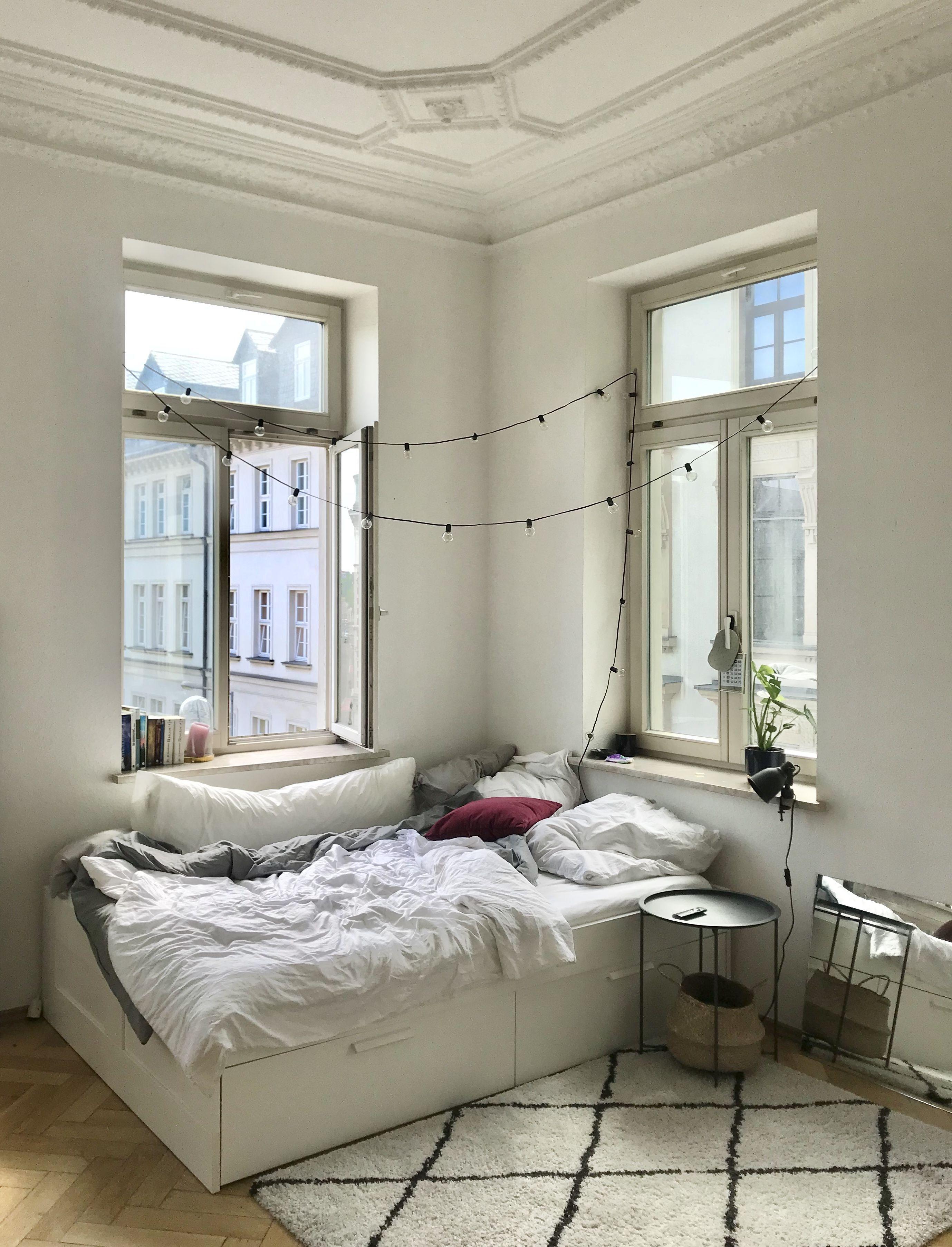 Lichterkette Bett Gluhbirnen Altbau In 2020 Lichterketten Bett Wohnung Einrichtungsideen Wohnzimmer Landhaus