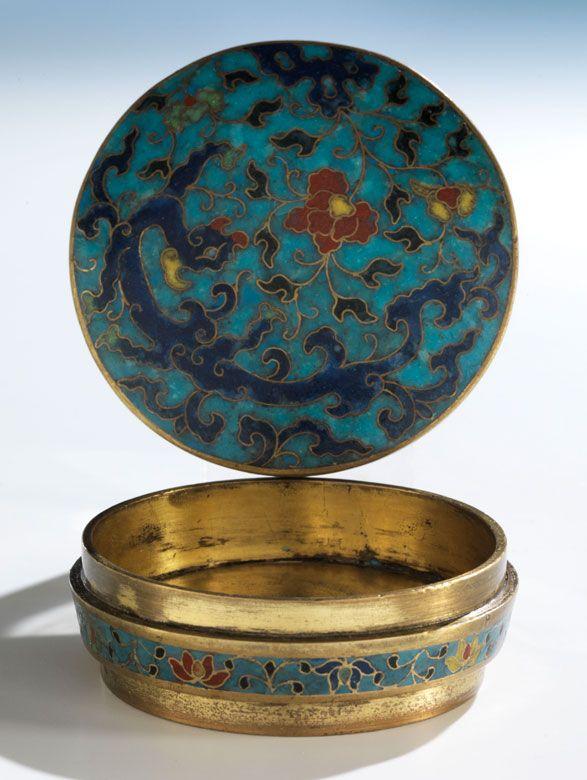 Durchmesser: 6,7 cm. China, 17. Jahrhundert. Über hohem, massivem Standring flacher, vergoldeter Boden und niedrige zylindrische Wandung mit Stülpdeckel,...