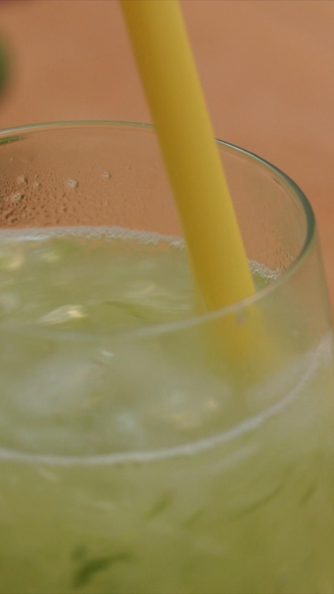 """Es Timun Serut adalah minuman khas Indonesia yang berasal dari Provinsi Nanggroe Aceh Darussalam. Es Timun Serut atau lebih dikenal """"Le Boh Timon"""" oleh masyarakat Aceh, merupakan sebuah minuman yang berbahan dasar dari sayuran timun."""