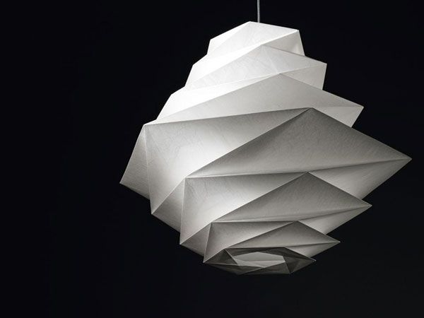 l 39 art du pliage dans les lampes in ei du styliste japonais issey miyake lampe japonaise. Black Bedroom Furniture Sets. Home Design Ideas