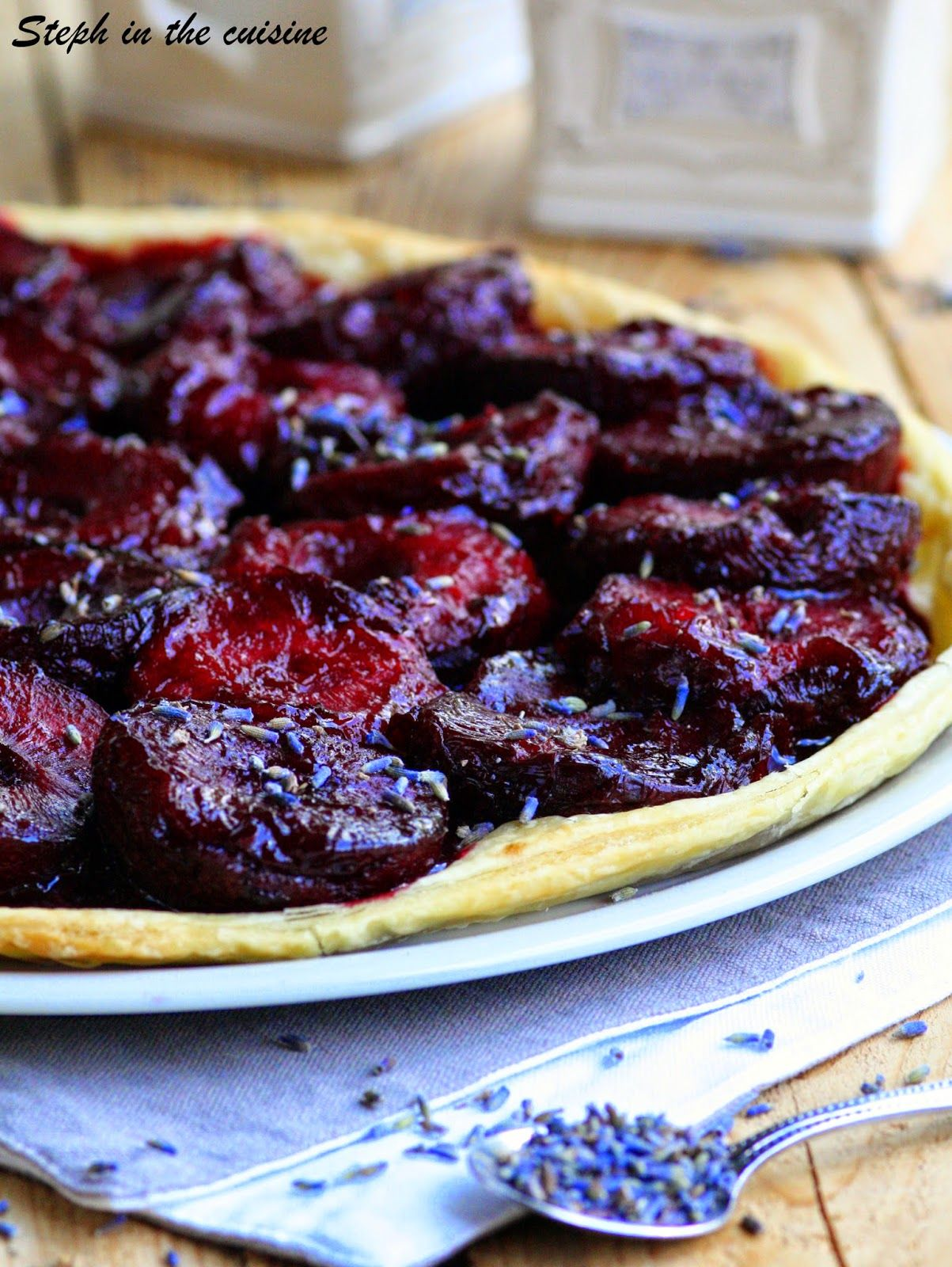Tarte fine aux prunes et à la lavande