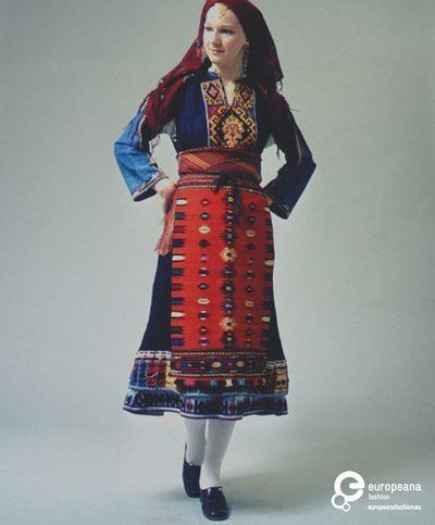 Τύπος της γυναικείας φορεσιάς από το Καβακλί της Β.Α. Θράκης, που φορέθηκε από τους πρόσφυγες της Ανατολικής Ρωμυλίας, σήμερα κομμάτι της Βουλγαρίας. Ημερομηνία: Late 19th c. Ημερομηνία δημιουργίας: 1800/1899 Συλλέκτης: Peloponnesian Folklore Foundation Ίδρυμα: Europeana Fashion