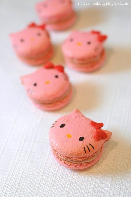 'Hello Kitty' macaroons, doesn't get any better!