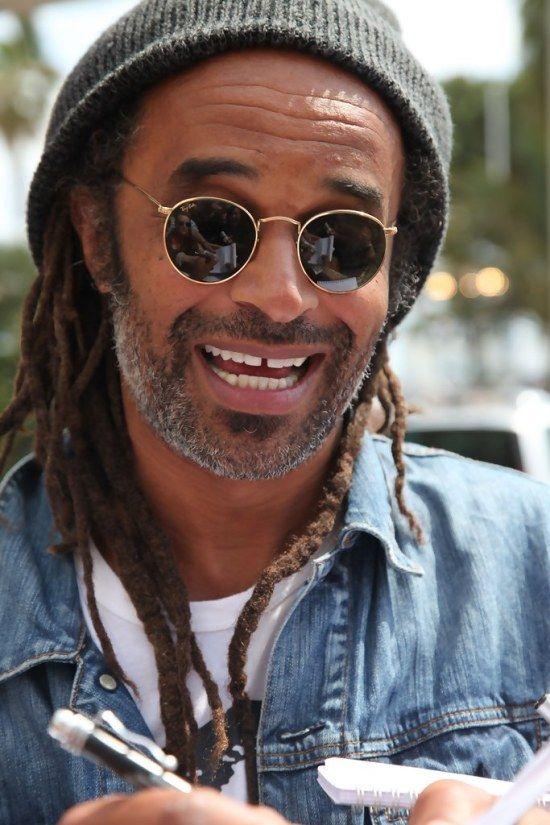 bf847cee8b776d Un bonnet, des lunettes de soleil rondes et un sourire affichant ses dents  du bonheur.  yannicknoah  coiffure  hair