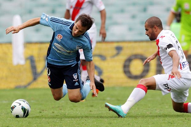 Sydney FC and Melbourne Heart clash as Del Peiro takes a tumble from a challenge by Fred