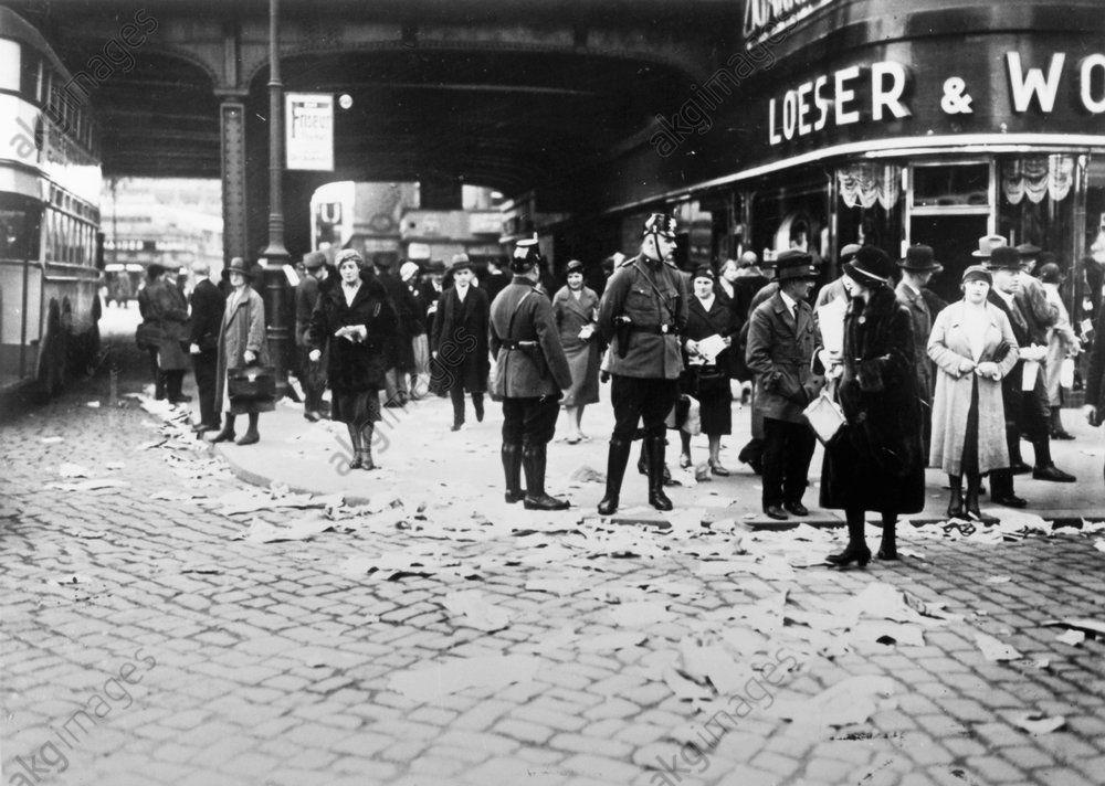 Berlin Alexanderplatz 1932 Reichspraesidentenwahl Verstreute Stimmzettel Unter Der S Bahnbruecke Weimar