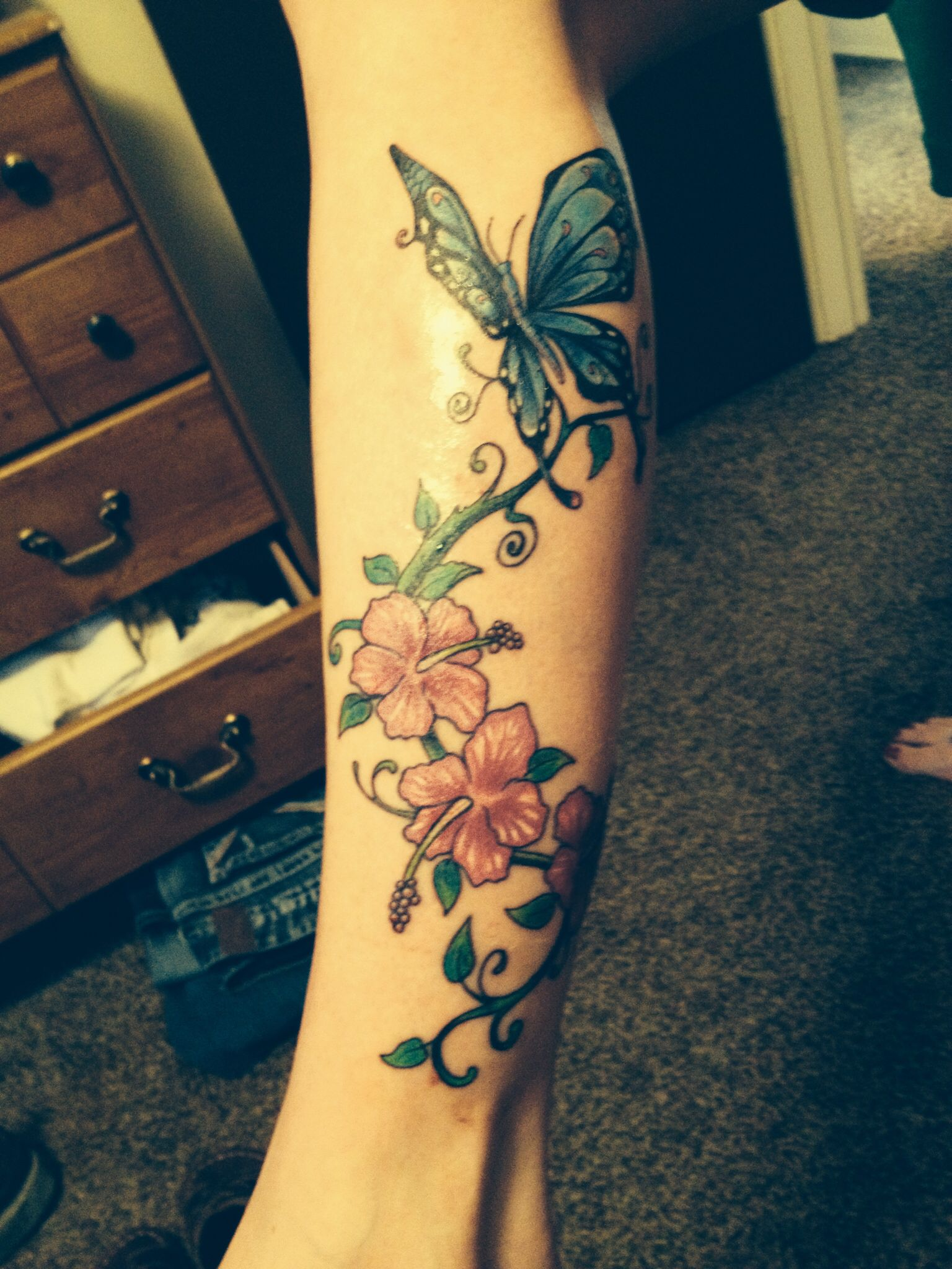 Butterfly And Hibiscus Flower Leg Tattoo Flower Leg Tattoos Leg Tattoos Butterfly Tattoo On Shoulder