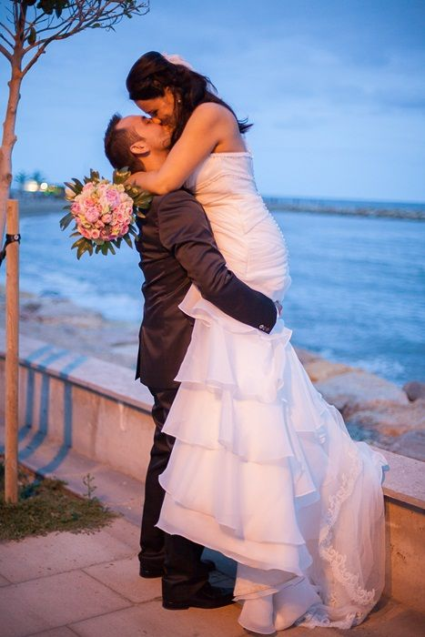 Novios junto al mar. Bride and groom, sweet moments.