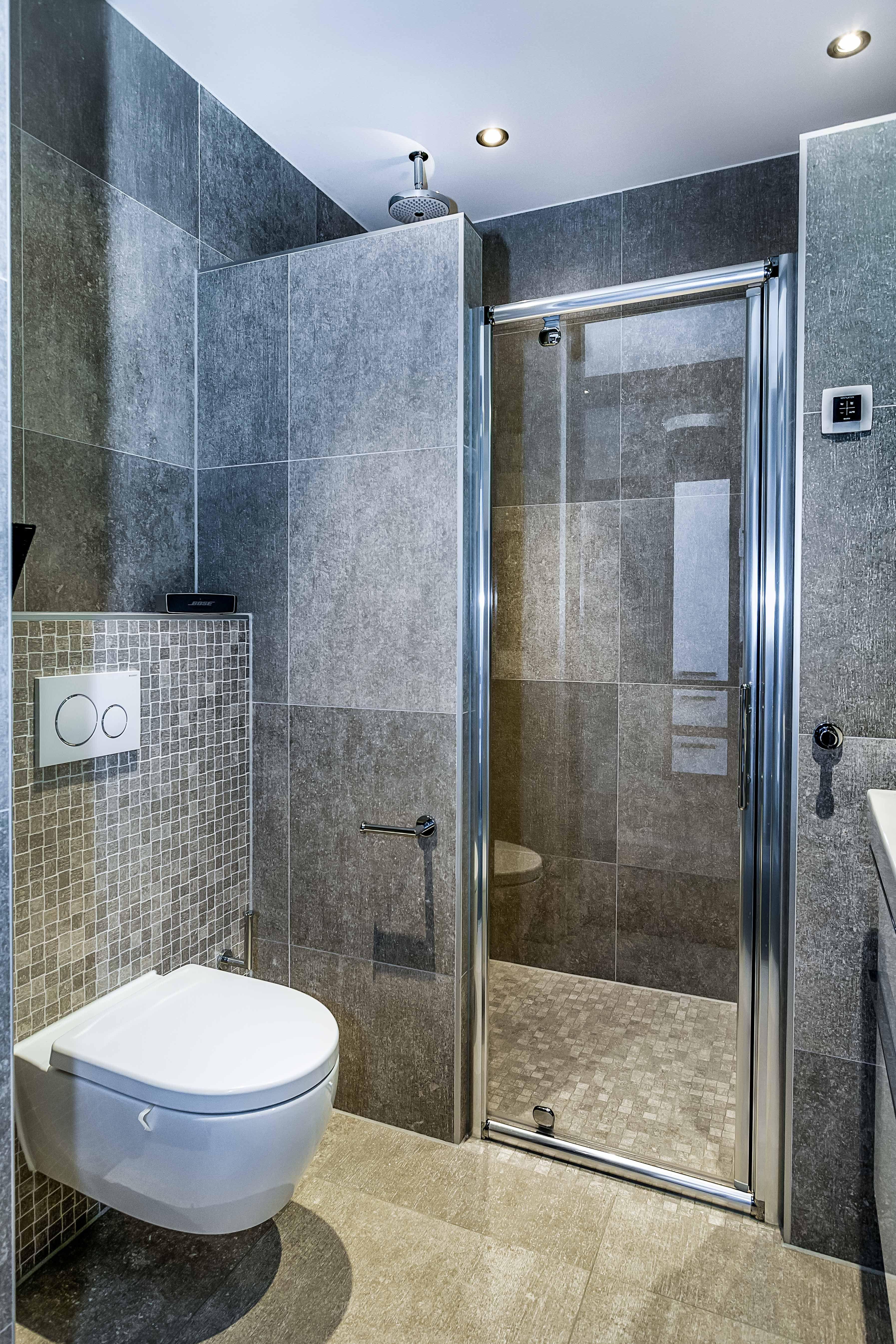 Grijze tegel in kleine badkamer, ruitme goed benut. glazen deur ...