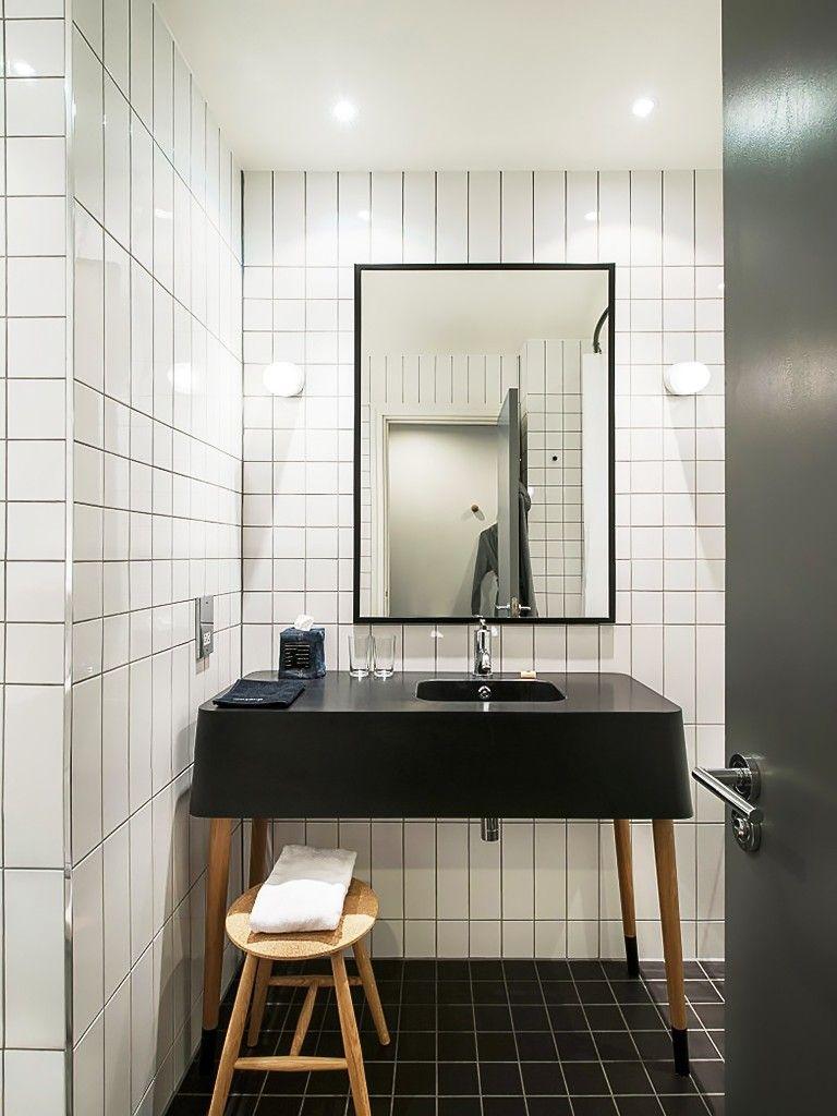 Banheiro revestido de azulejo branco e preto utilidades for Azulejos para lavabos