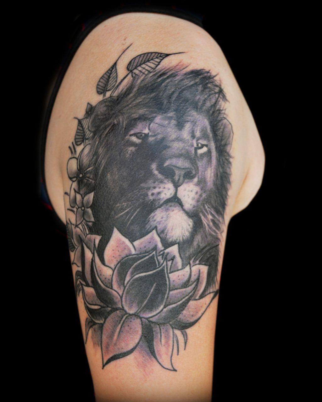 Татуировка лев на спине девушки