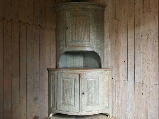 Gustavianischer Tonnen-Eckschrank mit originaler Fassung, Schweden ...