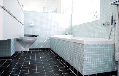 Hvad bør du ikke opbevare på badeværelset, hvordan undgår du fuger, der samler snavs, og kan du bare peppe et brunt 70'er badeværelse op med nips i ny stil?