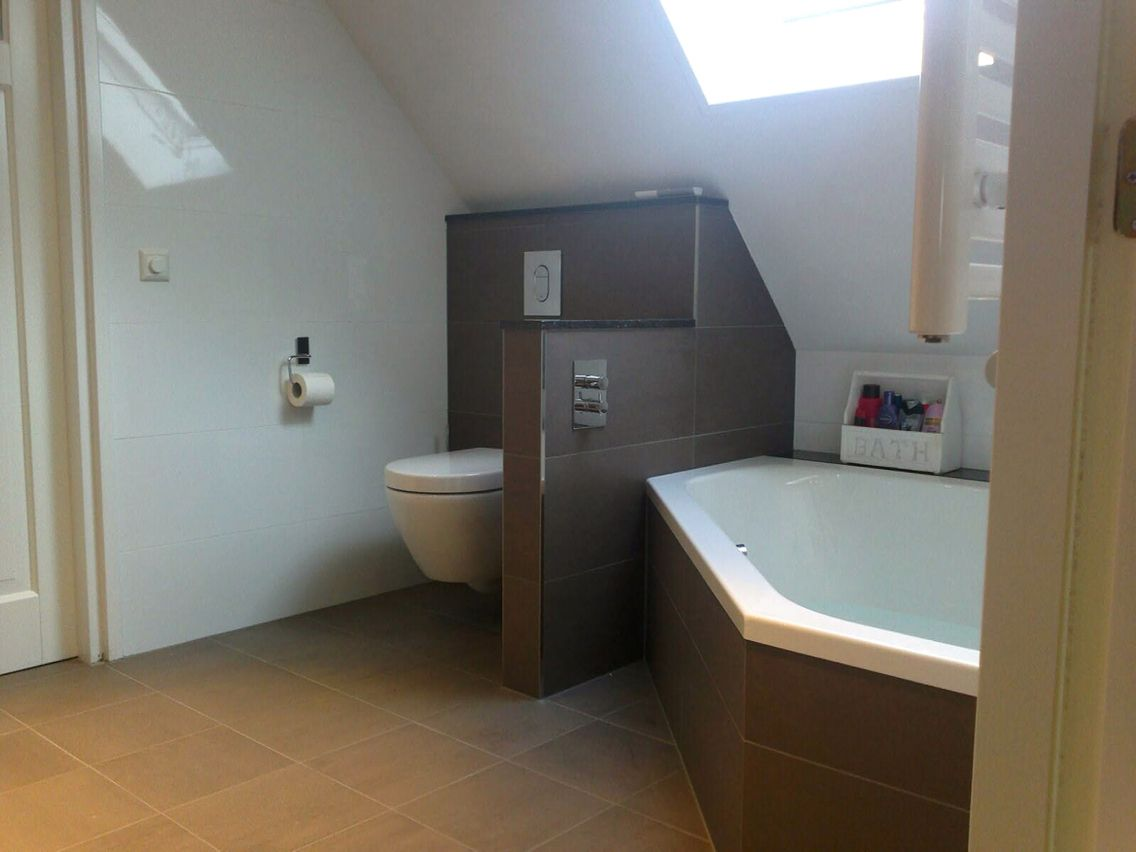 Badkamer antraciet, grijstint, hoekbad, inbouwkranen. roos@sanidump ...