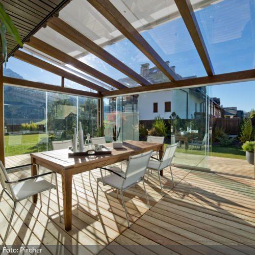 hell und ger umig der wintergarten aus glas und holzbalken punktet durch die gro en. Black Bedroom Furniture Sets. Home Design Ideas