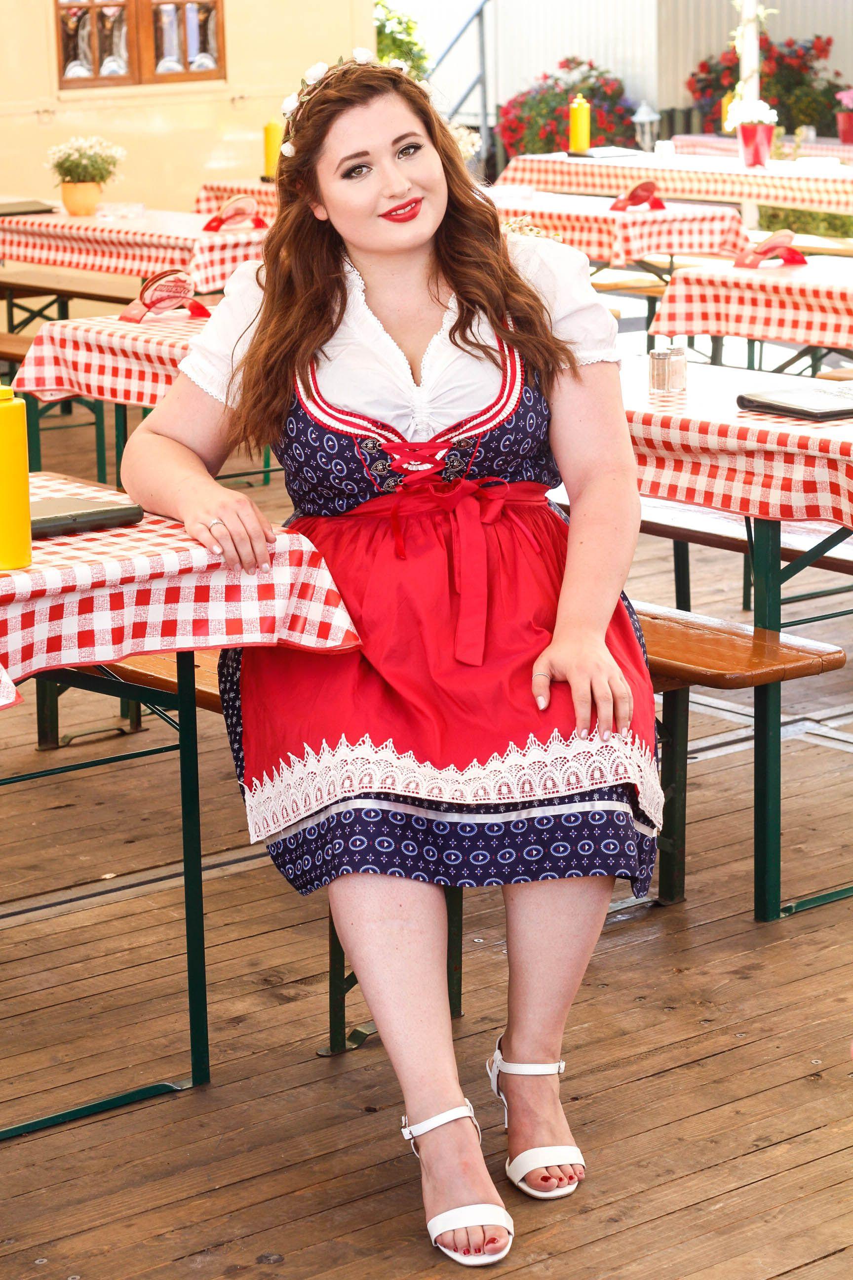 bc7a13273b4 Junge kurvige Frau im Oktoberfest Outfit. Plus Size Dirndl Look.