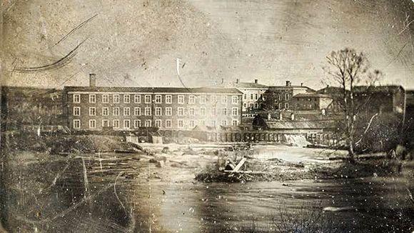 Vuonna 1847 otettu daguerrotyyppi esittää Tampereen koskimaisemassa sijainnutta Frenckellin paperitehdasta. Kuva: Fredrik Rehnström