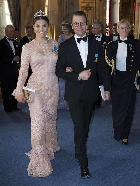 Miehensä prinssi Danielin kanssa juhlaan saapuneella kruununprinsessa Victorialla oli yllään vaalean roosa, pitsimäinen iltapuku.