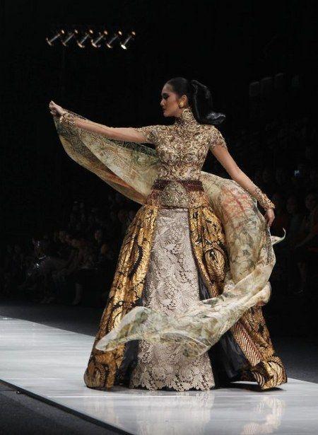 14 Inspirasi Desain Kebaya Modern Kombinasi Batik Karya Anne Avantie Model Pakaian Asia Pakaian Wanita Peragaan Busana
