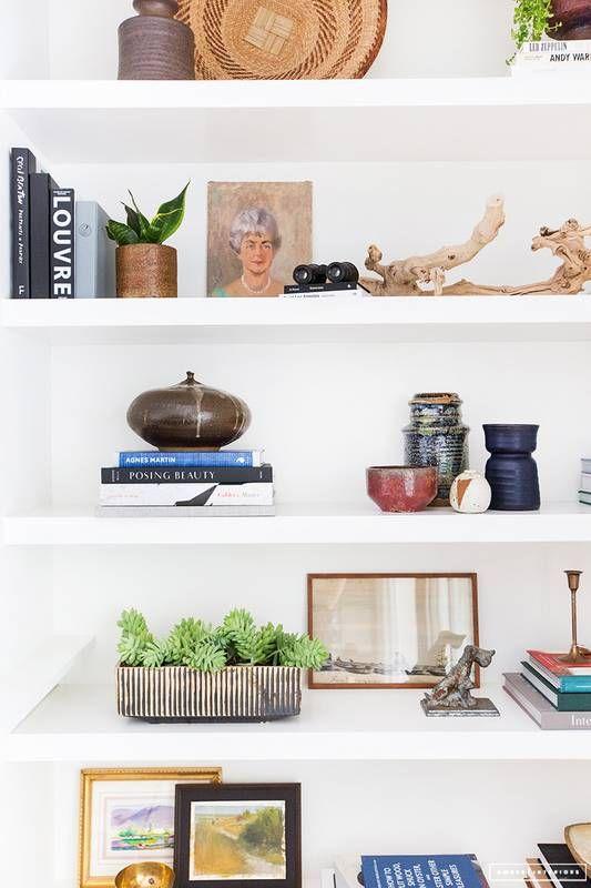The Best Bookshelf Decor Ideas On Pinterest Right Now Domino Decoración De Estante Decoración De La Habitación Decorar Estantería