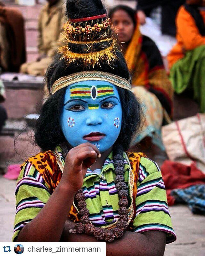 Um fotógrafo incrível é o @charles_zimmermann que trouxe esse olhar sobre o povo indiano na sua mais recente viagem.  #repost  Menina com o rosto pintado num festival religioso hindu em Varanasi Índia. #benares #varanasi #instatravel #travelphotography #travelgram #travellog #viagemaindia #viagemperfeita by cuore.curioso