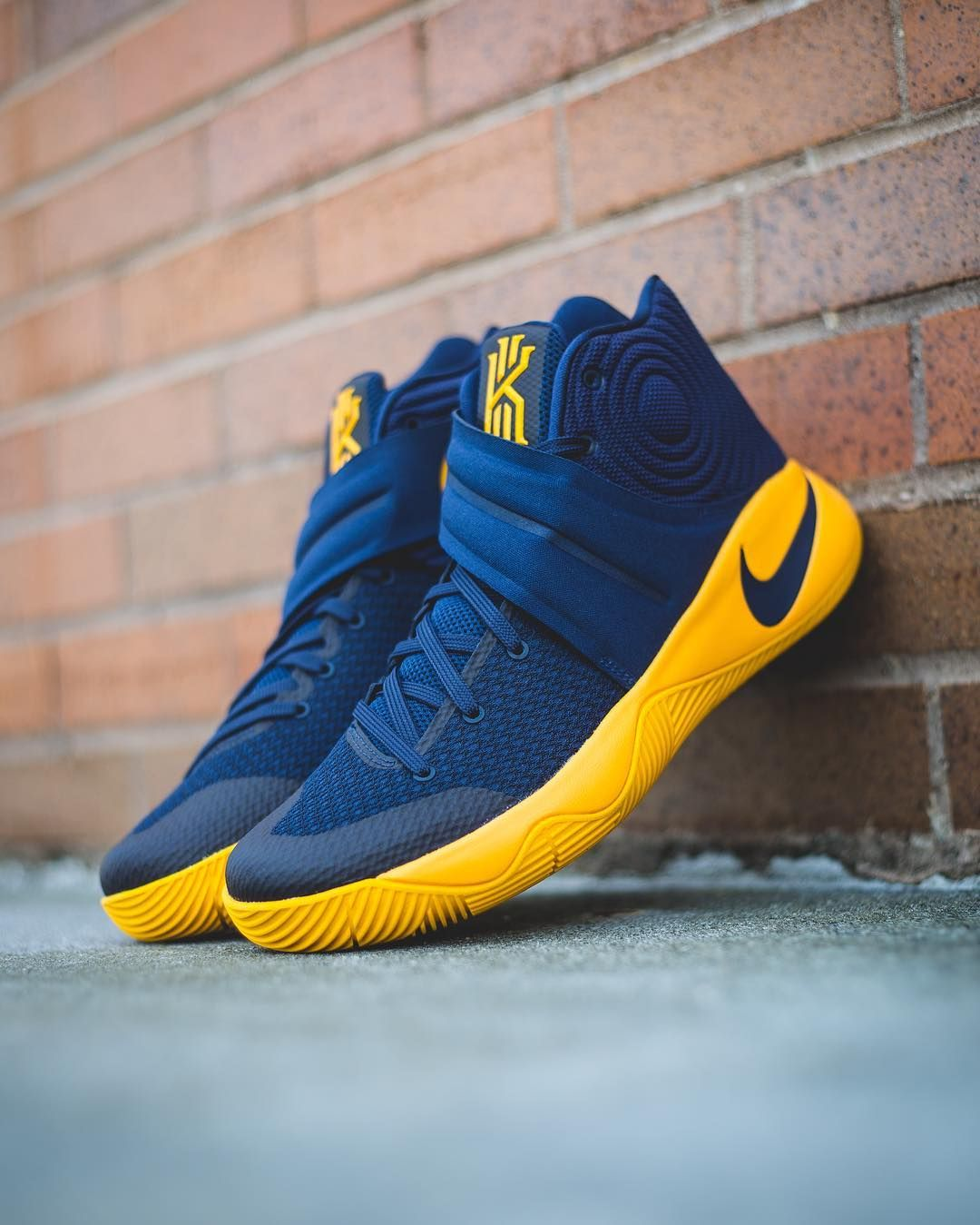 23d1dc6de457 Nike KYRIE 2 II CAVS Mens Size 9.5 Basketball Playoff Shoes Navy Gold  819583-447