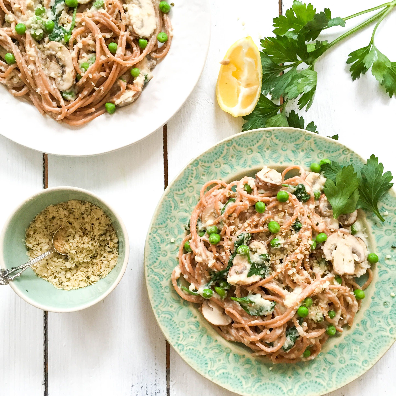 Diese Gesunde Spaghetti Carbonara mit Blumenkohl-Soße und Superfood-Parmesan ist ab jetzt mein Lieblings-Comfort-Food auf dem Blog.