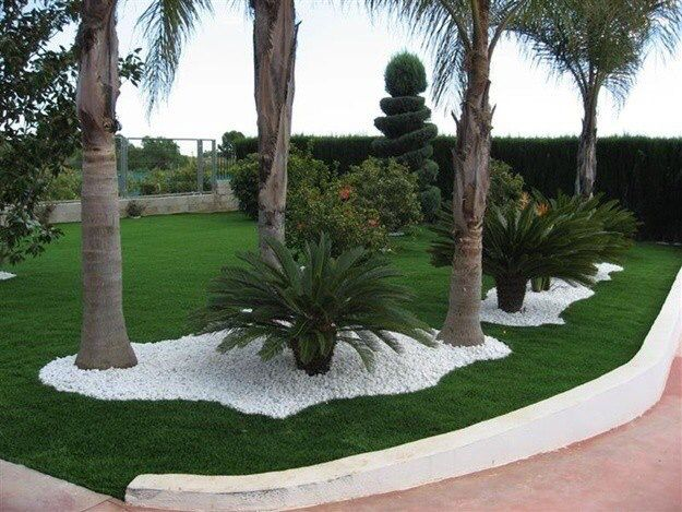 Palmeras y decorado de piedras jard n pinterest for Ideas para decorar jardineras