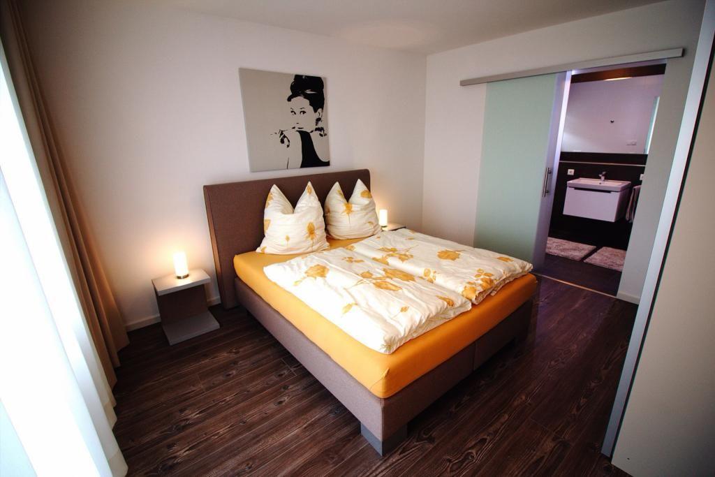 Schlafzimmer Mit Parkettboden Und Großem Doppelbett. Wohnung In München  #bedroom #schlafzimmer #münchen