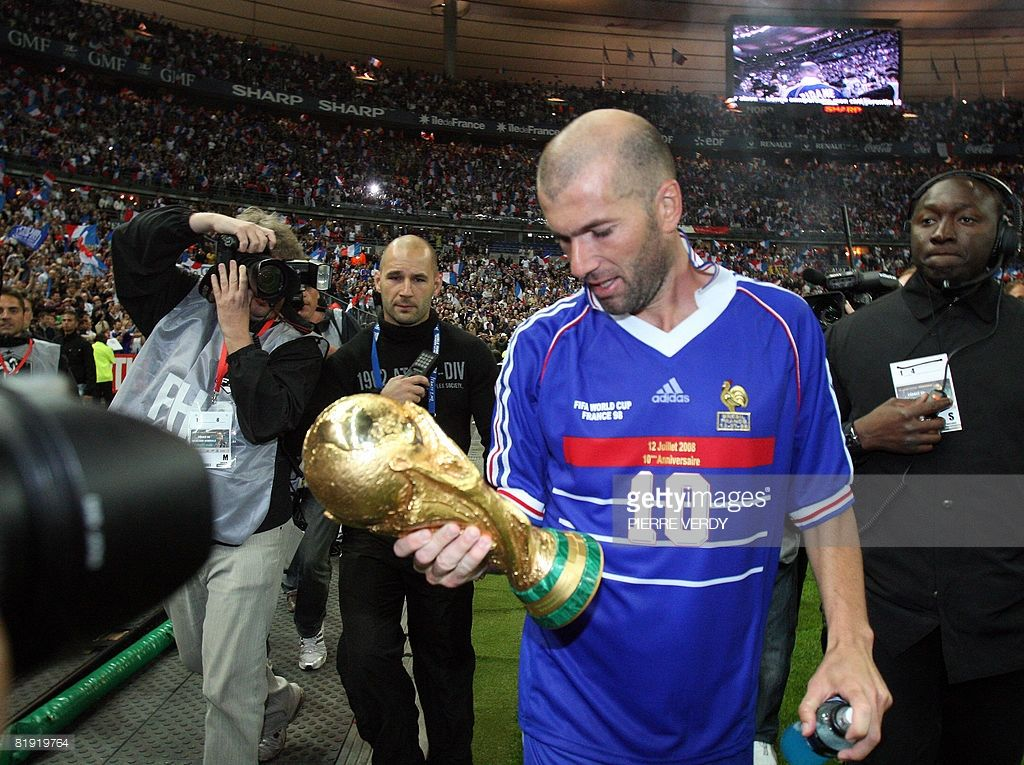 French Player Zinedine Zidane Holding The World Cup Trophee World Cup Zinedine Zidane France Team