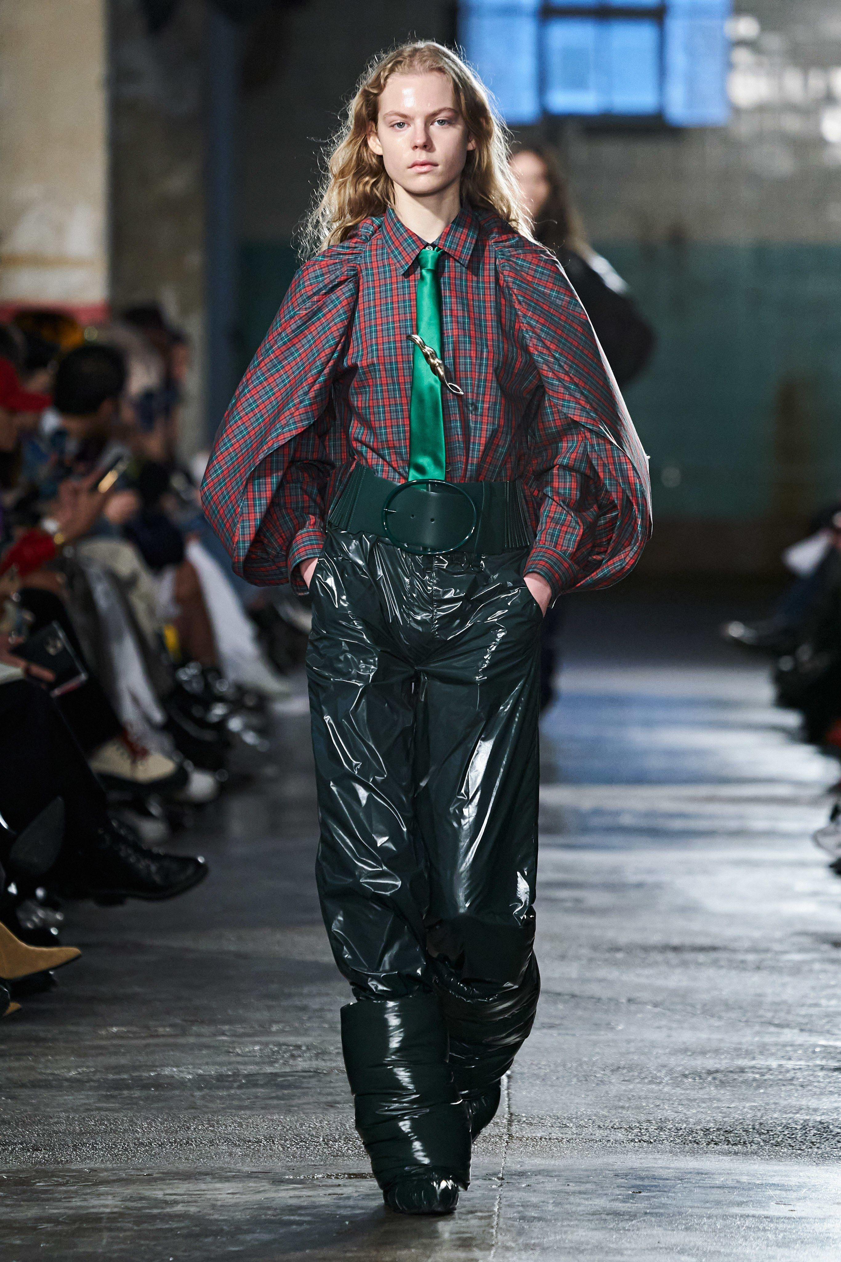 Toga Fall 2020 Ready-to-Wear Fashion Show -   Toga Fall 2020 Ready-to-Wear Collection -   Homepage    In the 2019-20 Fall / Winter season, trends are eyeing highs. Colorful silhouettes are exposed on voluminous dresses. Season woman, under the protection of the shoulders of the power show. The feathers widening the playing field, declaring their independence, grab a leading role.