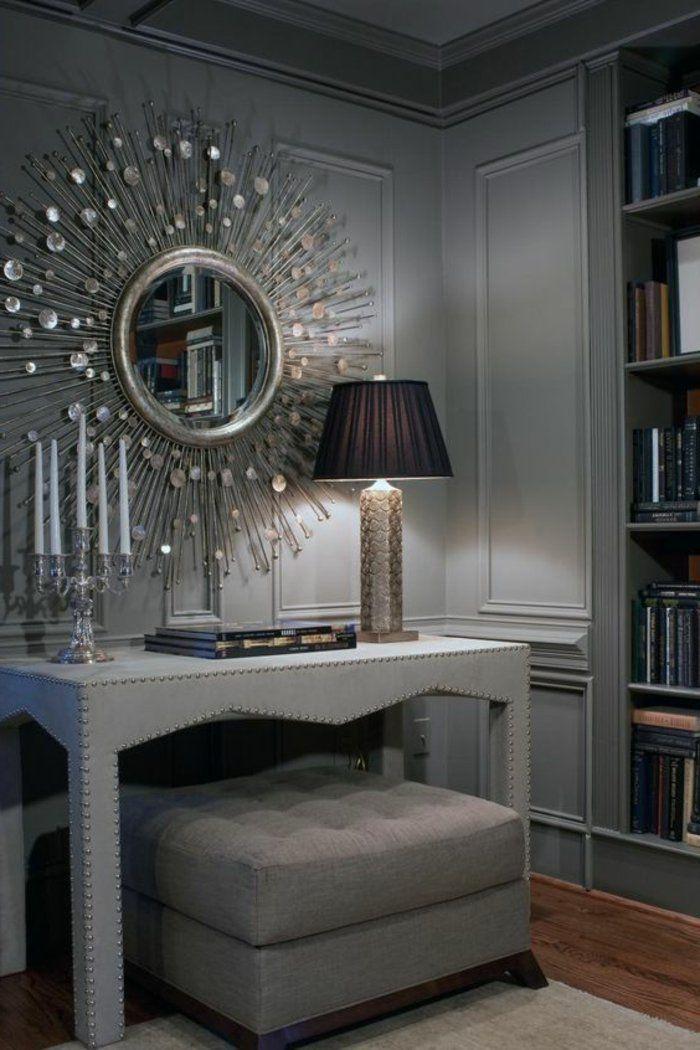 graues Wohnzimmer ein Schminktisch mit einem Spiegel wie die Sonne