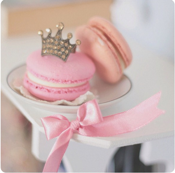 This cute tiara macaroon is adorable for a birthday girl!