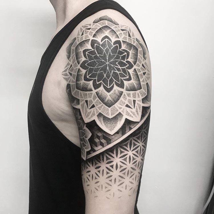 Geometrische Inspiration Inkstinct In 2020 Upper Arm Tattoos Geometric Tattoo Design Arm Tattoos For Guys