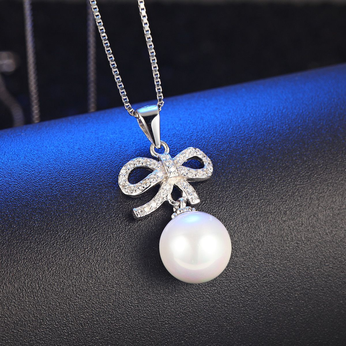 Silver pendant with bow and drop pearl