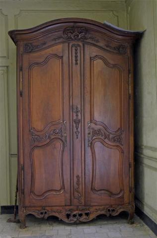 X Grande armoire en noyer à fronton cintré, deux portes à panneaux