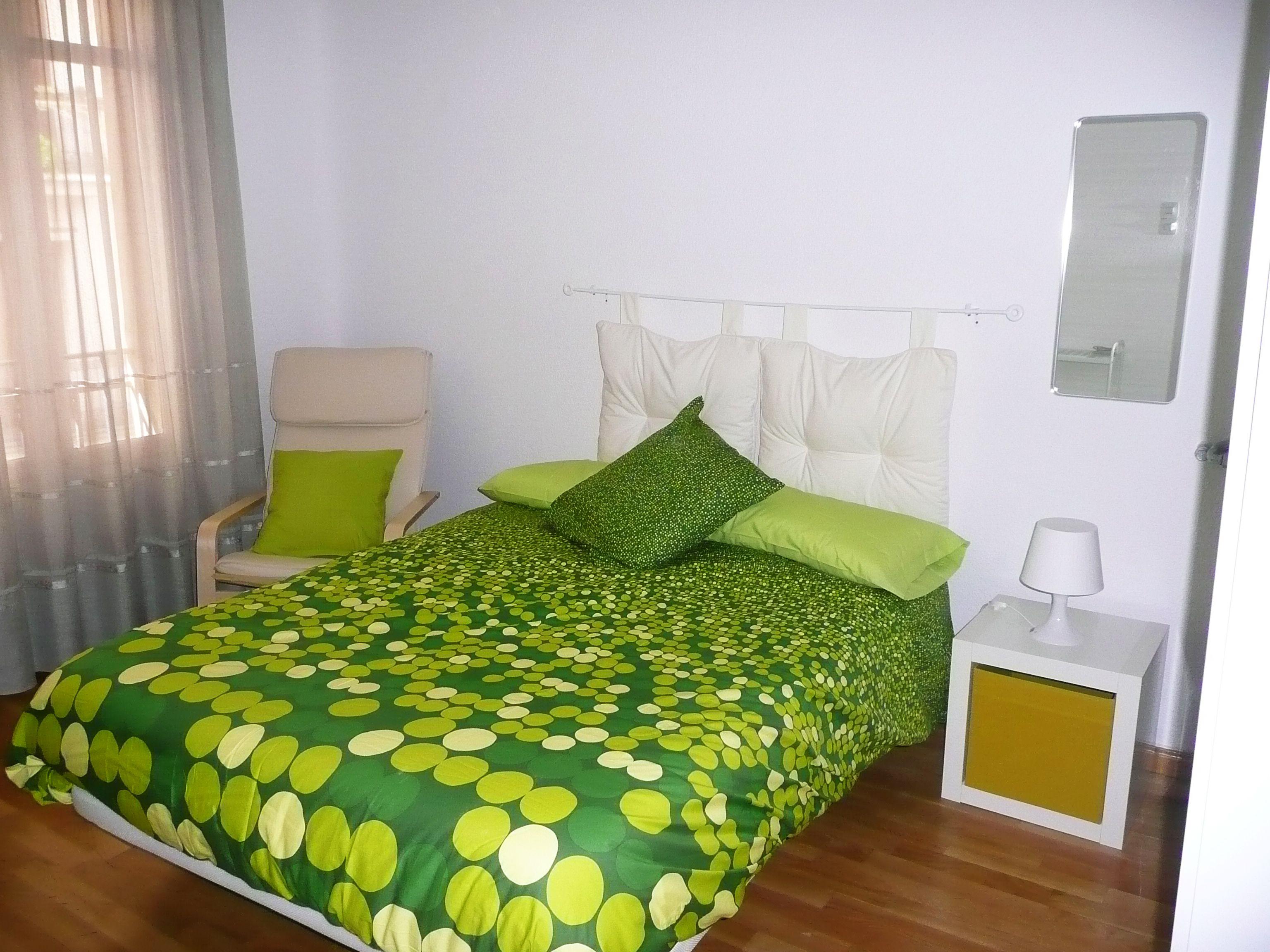 Cabecero con barra blanca de cortina de ikea y cojines blancos de terciopelo de 50x50 tambi n de - Cojines para cabeceros ...