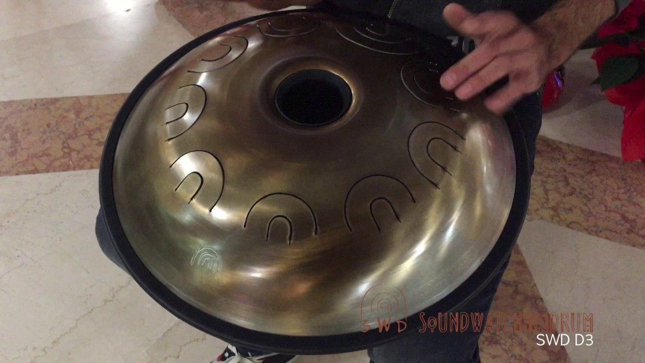 SWD D3 - SoundWatchingDrum  L' SWDrum G3 è una percussione armonica in acciaio inossidabile con un sistema di accordatura per potenziare le risonanze ed i parziali. E' uno strumento artigianale lavorato a mano partendo dal foglio di lamiera e accordato in più fasi. questo SWD e' accordato in Re 3.   Note: D, A, Bb, C, D, G, A, Bb, D  Custodia con tracolla inclusa Diametro 48cm circa Profondita' 20 cm circa Peso 4,5 kg circa
