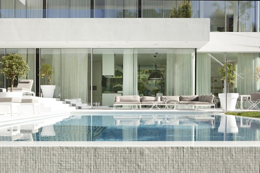 Swimming pool and facade of House M