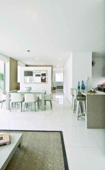 Justamente las zonas sociales de los apartamentos se proponen muy generosas, donde, además de sala y comedor, se dispone de un estudio que plantea un espacio adicional para encontrarse con los amigos.
