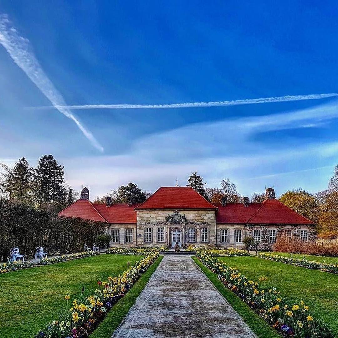 Das Schloss In Der Eremitage In Bayreuth Die Gartner Der Bayerischen Schlosser Und Gartenverwaltung Haben Wieder Einen Tollen Instagram Bayreuth Mansions
