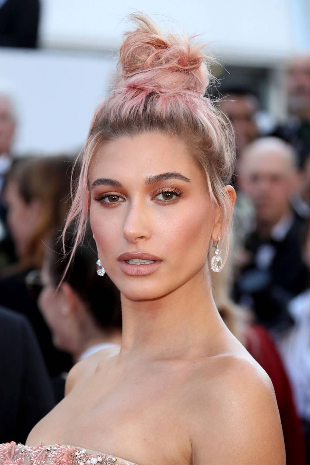 50 Ways To Work The Messy Bun Hairstyle As Modelled By Your