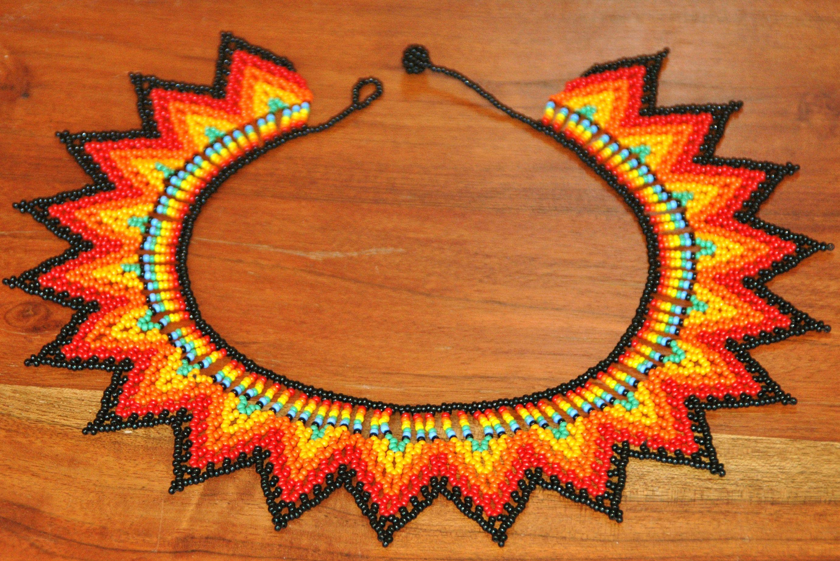 Collar De Piedras Chaquiras Realizado Por La Tribu Embera