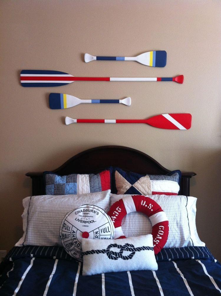 bunt gestrichene paddel als wanddeko im schlafzimmer. Black Bedroom Furniture Sets. Home Design Ideas