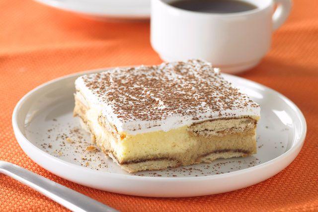 Hemos combinado dos deliciosos postres para crear un platillo sensacional. ¡Este cheesecake de tiramisú estará en boca de todo mundo!
