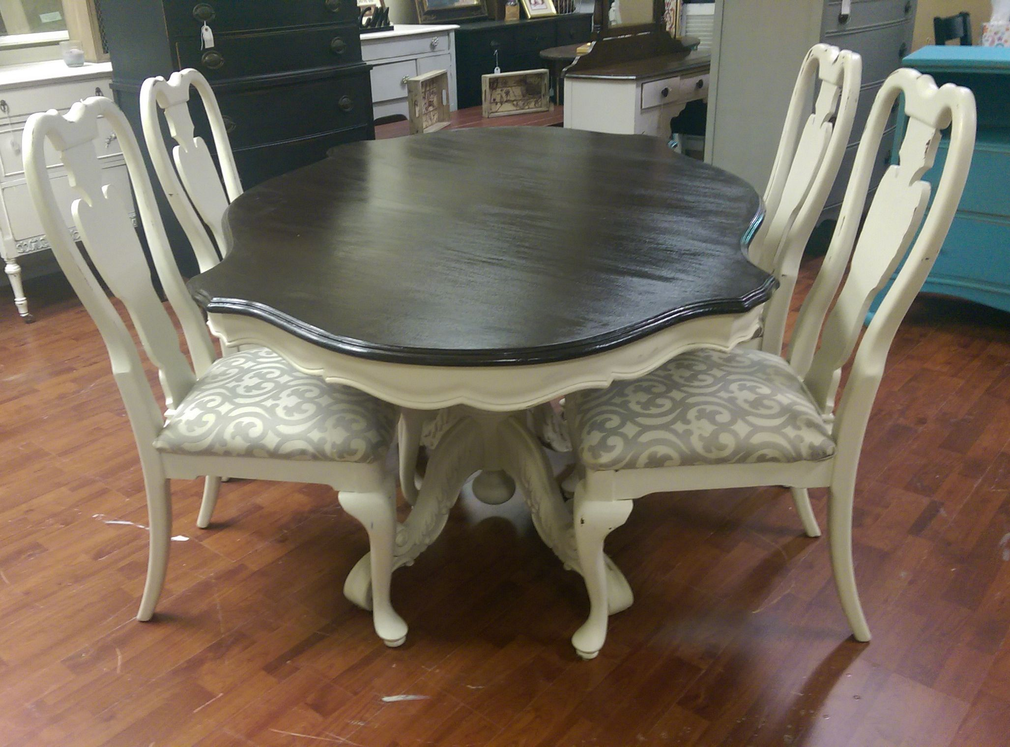 This Is A Gorgeous Dining Room Table It Has A Big Beautiful Pedestal And Four Really Cute Chairs French Country Furniture Shabby Chic Dining French Furniture