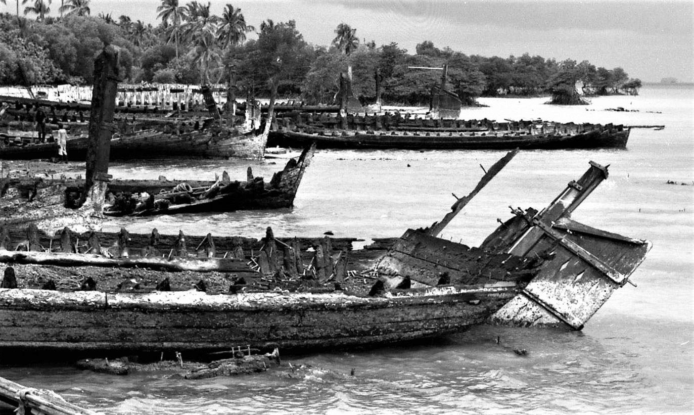 1982 Singapore Old Tongkang Twakow Bumboat Die At Pulau Semakau Burial Ground Island Nations Southern Islands Island