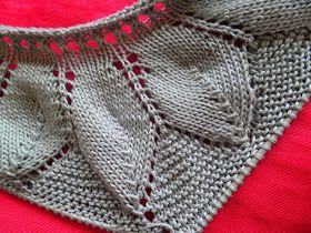 b21c81e3c UN FRESCO JUBÓN de algodón gris con HOJAS bordeando el canesú empezado por  el cuello