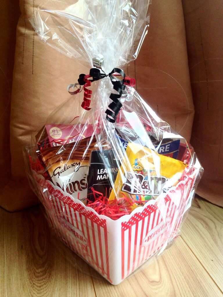 movie night gift idea with sweets popcorn and chocolate and cinema voucher geschenke sch n. Black Bedroom Furniture Sets. Home Design Ideas
